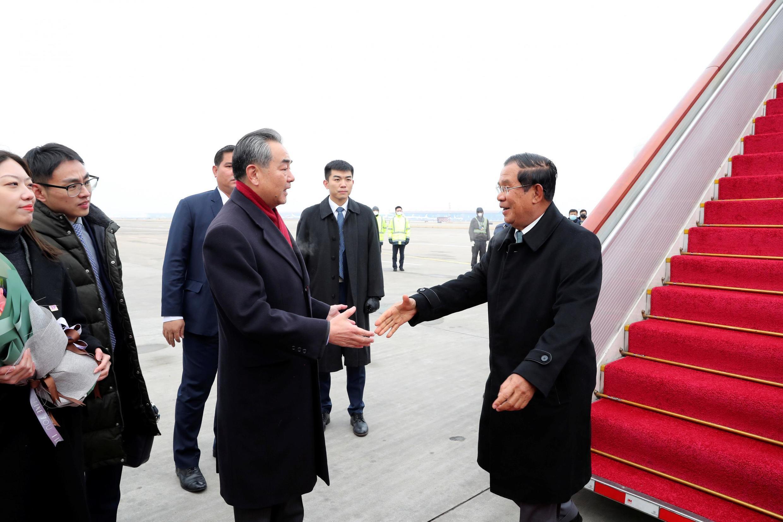 Ngoại trưởng Trung Quốc Vương Nghị đón thủ tướng Cam Bốt Hun Sen (P) tại sân bay quốc tế Bắc Kinh, ngày 05/02/2020