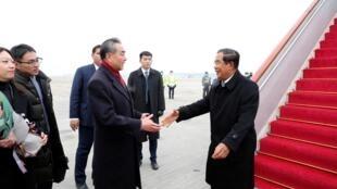 Ảnh tư liệu: Ngay vào lúc dịch Covid-19 bùng lên tại Vũ Hán, thủ tướng Cam Bốt Hun Sen (P) đi thăm Trung Quốc và được ngoại trưởng Trung Quốc Vương Nghị đón tại sân bay quốc tế Bắc Kinh, ngày 05/02/2020.