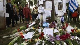 Mensagens e flores depositadas pelos gregos no cipreste da Praça Syntagma, onde o aposentado cometeu suicídio.