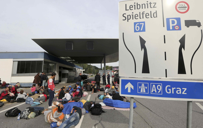 Migrantes à espera na fronteira entre a Austria e a Eslovénia neste 20 de Setembro.