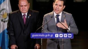 O presidente da Guatemala, Jimmy Morales (D) discursa ao lado do presidente eleito Alejandro Giammattei (E) que tomará posse em janeiro de 2020, 14/08/2019