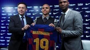 Le président du FC Barcelone (à gauche), ici avec le joueur Martin Braithwaite (au centre) et le irecteur sportif Éric Abidal, est sous le feu de critiques actuellement.