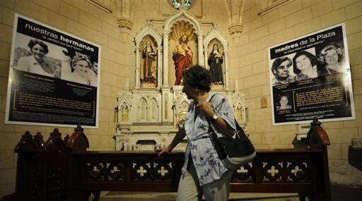 Maria del Rosario de Cerruti observe les portraits de ses amies disparues et mortes lors de la dictature de 1976-1983, dans l'église de Santa Cruz, le 16 novembre 2009.