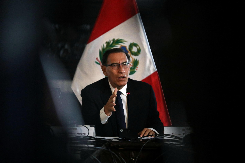 El presidente de Perú, Martín Vizcarra, hablando con la prensa extranjera en el palacio presidencial en Lima, Perú, el 29 de octubre de 2108. Foto de archivo.