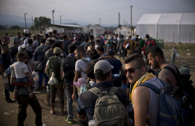 Đoàn người xếp hàng chờ trước điểm đăng ký xin tị nạn tại biên giới Hy Lạp và Macédonia ngày le 23/09/2015.