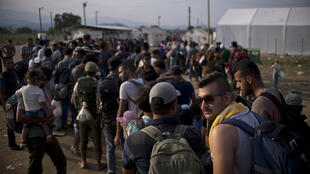 Des migrants attendent d'être enregistrés dans un hotspot à la frontière entre la Grèce et la Macédoine.