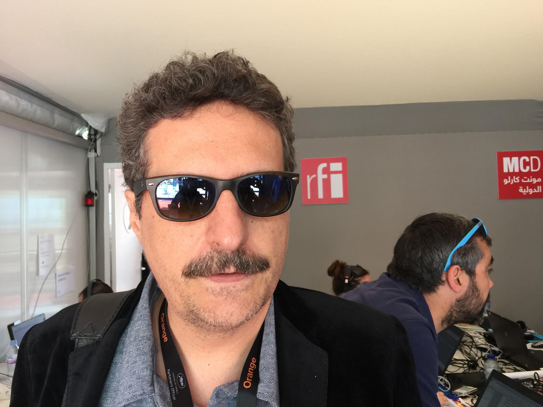 Kleber Mendonça Filho no estúdio da Rádio França Internacional em Cannes.