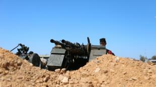 Un membre des forces de Misrata, sous la protection des forces de Tripoli, en position, près d'un camp militaire de Tripoli, le 9 avril 2019.