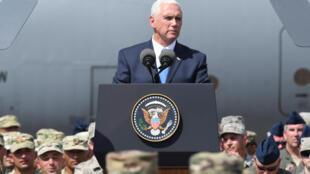 Вице-президент США Майк Пенс обращается с речью к американским военным, принимающим участие в учениях «Достойный партнер 2017» в Вазиани, Грузия, 1 августа 2017. .