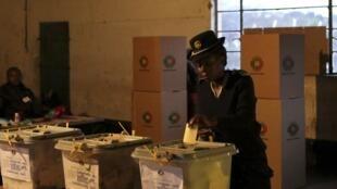 Dans un bureau de vote à Domboshawa, à environ 45 kilomètres de la capitale Harare, le 31 juillet 2013.