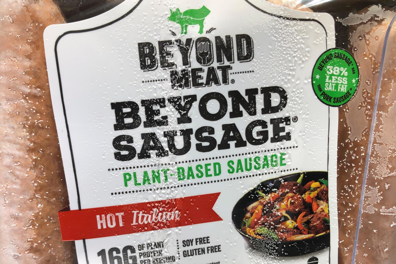 Produtos da marca Além da Carne, produtora de carne vegetal, em um mercado da Califórnia, em junho de 2019.