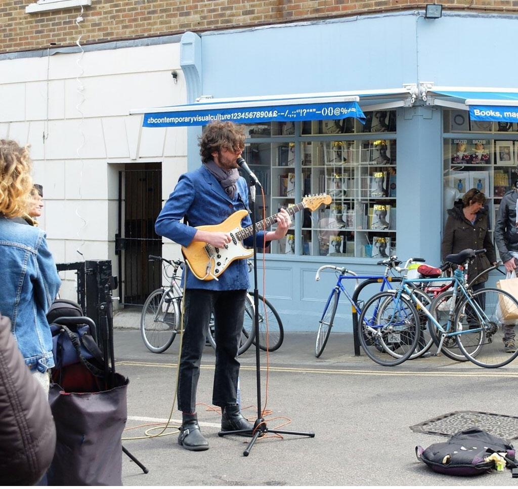 Un Buskers jouant en plein rue.