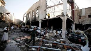 Разрушенное здание в Сане, в котором 8 октября погибло 140 человек