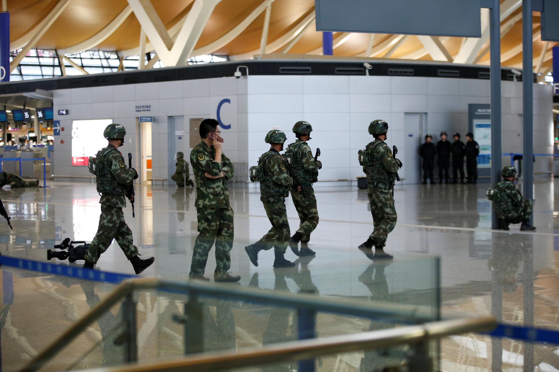 Quân đội phong tỏa hiện trường sau vụ nổ tại sân bay Phú Đông, Thượng Hải ngày 12/06/2016.