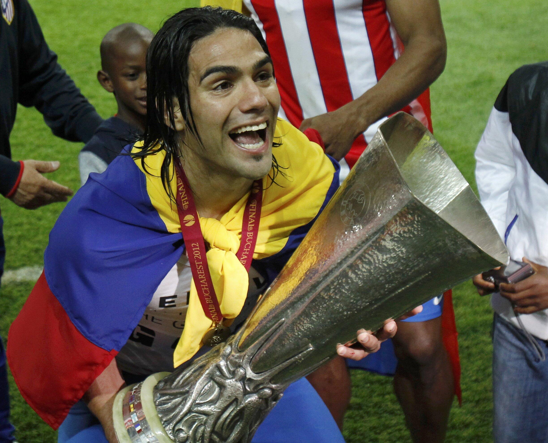 O jogador Falcao, do Atlético de Madri, segura o troféu depois de derrotar o Atlético de Bilbao pela decisão do campeonato espanhol, nesta quarta-feira, em Bucareste.