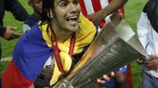Falcao (Atletico Madrid) remporte sa deuxième Ligue Europa, après la victoire contre Athletic Bilbao, à Bucarest, le 9 mai 2012.
