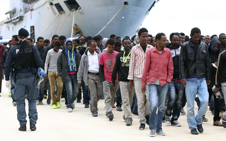 Migrants débarquant d'un navire italien au port sicilien d'Augusta. 26 avril 2014.