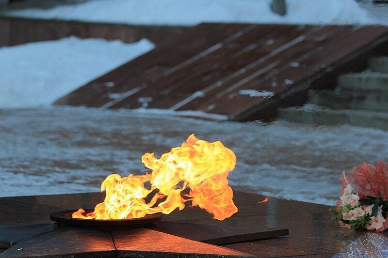 На Урале бездомному, повредившему вечный огонь при сушке одежды, вменили статью о реабилитации нацизма