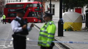 Policías londinenses en el lugar dónde ocurrió el ataque a arma blanca en Londres el 4 de agosto de 2016.