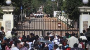 Tù nhân Miến Điện được ân xá trên đường ra khỏi nhà tù Insein tại Yangon ngày 03/01/2012. Ảnh tư liệu.