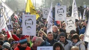 Miles de polacos se manifestaron para defender la democracia y apoyar a Lech Walesa, en Gdansk, el pasado 28 de febrero de 2016.