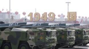 Đoàn xe chở tên lửa siêu thanh DF-17 trên Quảng trường Thiên An Môn trong ngày Quốc Khánh 01/10/2019 tại Bắc Kinh.