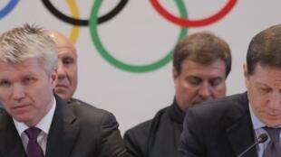 Le ministre russe des Sports Pavel Kolobkov, et le président du comité olympique russe Alexander Zhukov, à Moscou, le 12 décembre 2017.