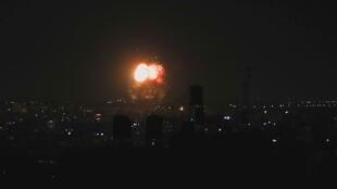 A força aérea israelense realizou bombardeios na Faixa de Gaza entre a noite de quinta-feira e o início da manhã de sexta-feira, depois que militantes palestinos lançaram balões incendiários no sul de Israel.