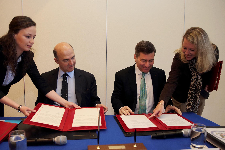 Пьер Московиси и посол США Чарльз Ривкин за подписанием FATCA в министерстве финансов Франции 14/11/2013