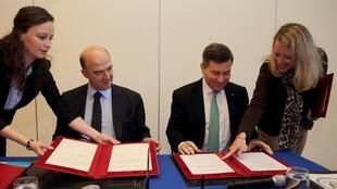 Image d'archive: Pierre Moscovici and U.S. Ambassador Charles Rivkin sign the FATCA at Bercy November 14, 2013