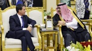 O primeiro-ministro francês, Manuel Valls, com o ministro saudita do Interior, Mohammed bin Nayef bin Abdulaziz.