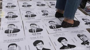 928集会期间有人将习近平等人画像贴在地上任人踩踏