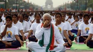 Thủ tướng Modi tập yoga trong y phục trắng và khăn quàng màu cờ Ấn Độ tại New Delhi - Reuters /Adnan Abidi