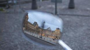 Коронавирус серьезнейшим образом отразился на туристической отрасли Франции. На фото: Париж, Лувр.