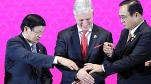2019年11月4日東盟-美國峰會上,老撾總理與泰國總理帕育與美國國家安全顧問奧布萊恩握手。