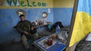 Украинский солдат на контрольном пункте при обмене пленными, Луганск, 22 сентября 2014 г.