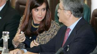 La ex presidenta Cristina Kirchner conversa con el ex ministro de planificación Julio De Vido durante una conferencia de prensa en Argelia, el 17 de noviembre de 2008.