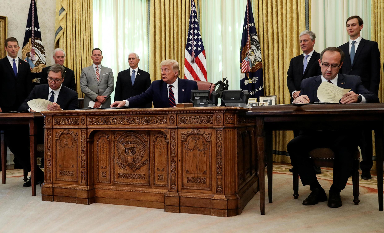 Cérémonie de signature à la Maison Blanche avec le président serbe Aleksandar Vucic et le Premier ministre kosovar Avdullah Hoti, vendredi 4 septembre 2020.