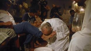 Cardeal Bergoglio lava pés de usuários de drogas, em missa de Quinta-Feira Santa, na Argentina, em 2008.