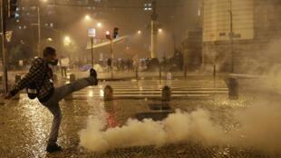 Manifestação de apoio aos professores termina em confronto no centro do Rio