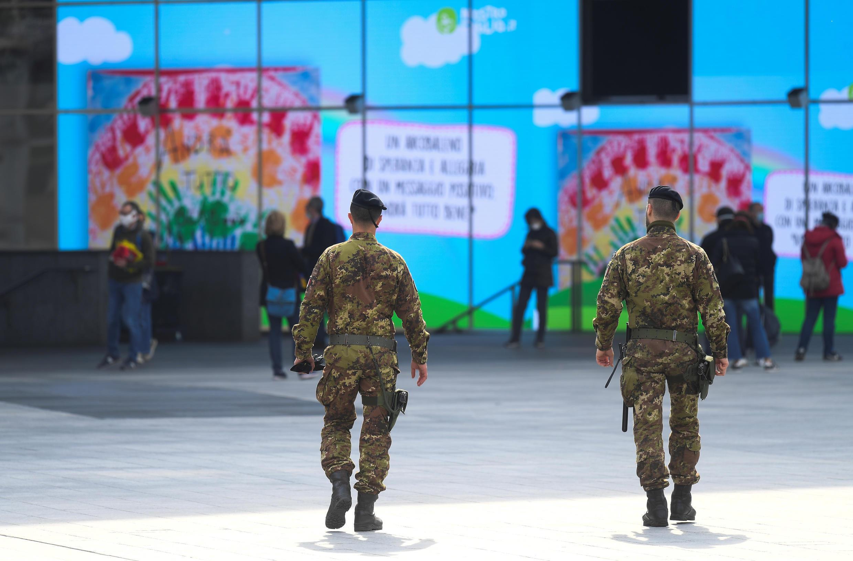 Quân đội Ý đi tuần tra trên đường phố Lombardia để giám sát việc thực thi lệnh phong tỏa chống dịch virus corona