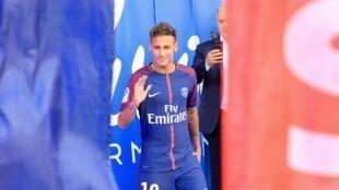 Neymar foi apresentado aos torcedores no Parc des Princes antes da estreia do PSG no campeonato francês. 05.08.17
