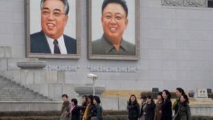 Les portraits de Kim Il-sung (à gauche) et de son fils Kim Jong-il (à droite) à Pyongyang. Le 1er avril 2013.