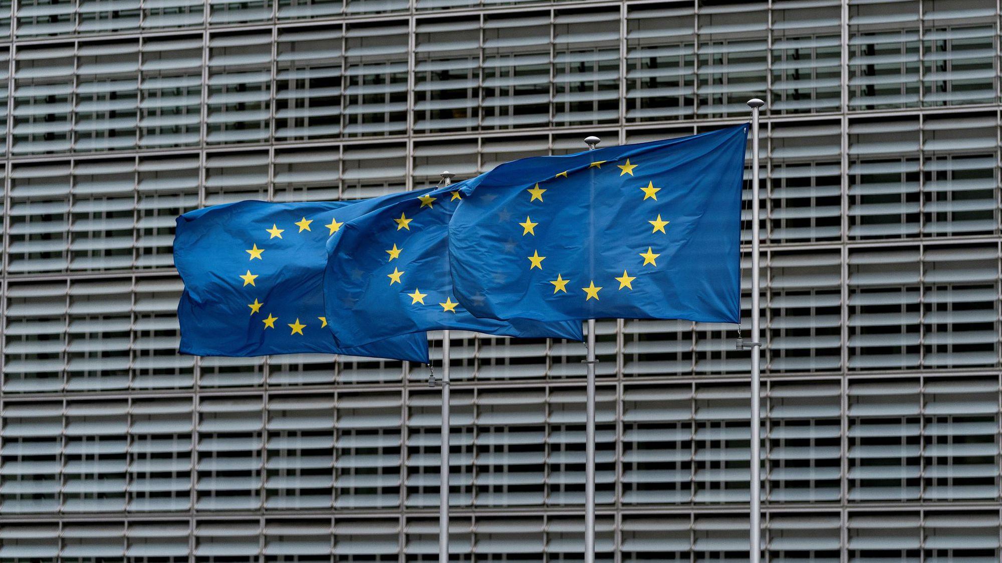des-drapeaux-de-l-union-europeenne-devant-le-siege-de-la-commission-europeenne-a-bruxelles-le-16-octobre-2019_6222824