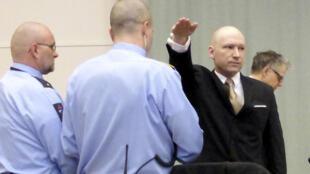 Kẻ sát nhân Anders Breivik (P), hình mẫu của nhóm khủng bố cực hữu Pháp OAS, tại một phiên tòa ở Na Uy năm 2016.