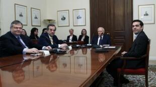 O presidente Carolos Papoulias reunido com os líderes dos principais partidos gregos no domingo, 13 de maio