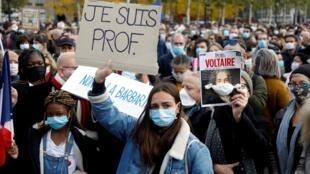 O governo francês prometeu medidas rápidas após a morte de Samuel Paty em Conflans-Sainte-Honorine. Manifestantes fazem homenage ao professor em Paris em 18 de outubro de 2020.