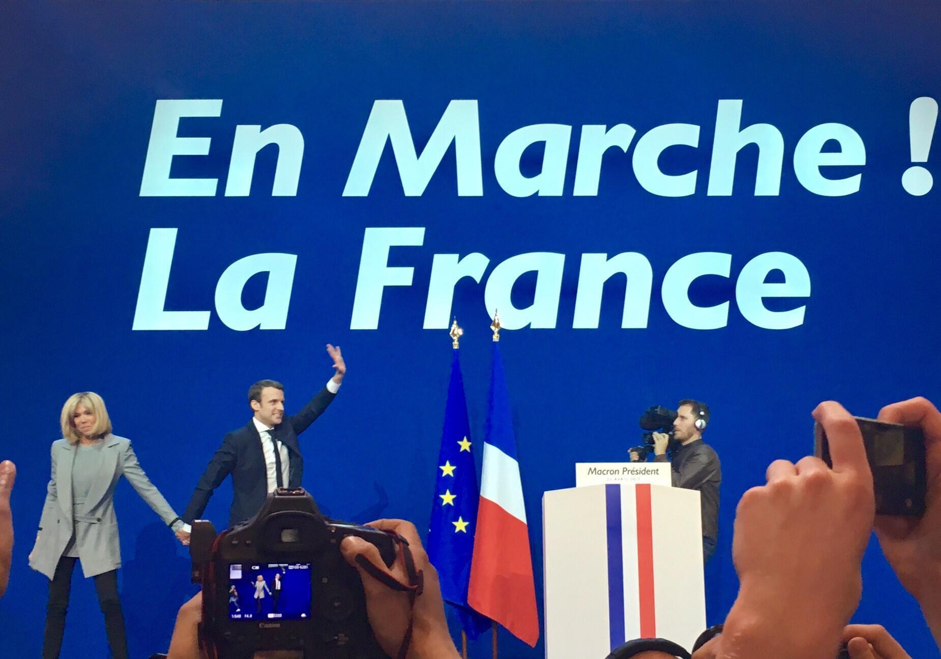 Emmanuel Macron, ovacionado na sua sede de campanha esta noite.