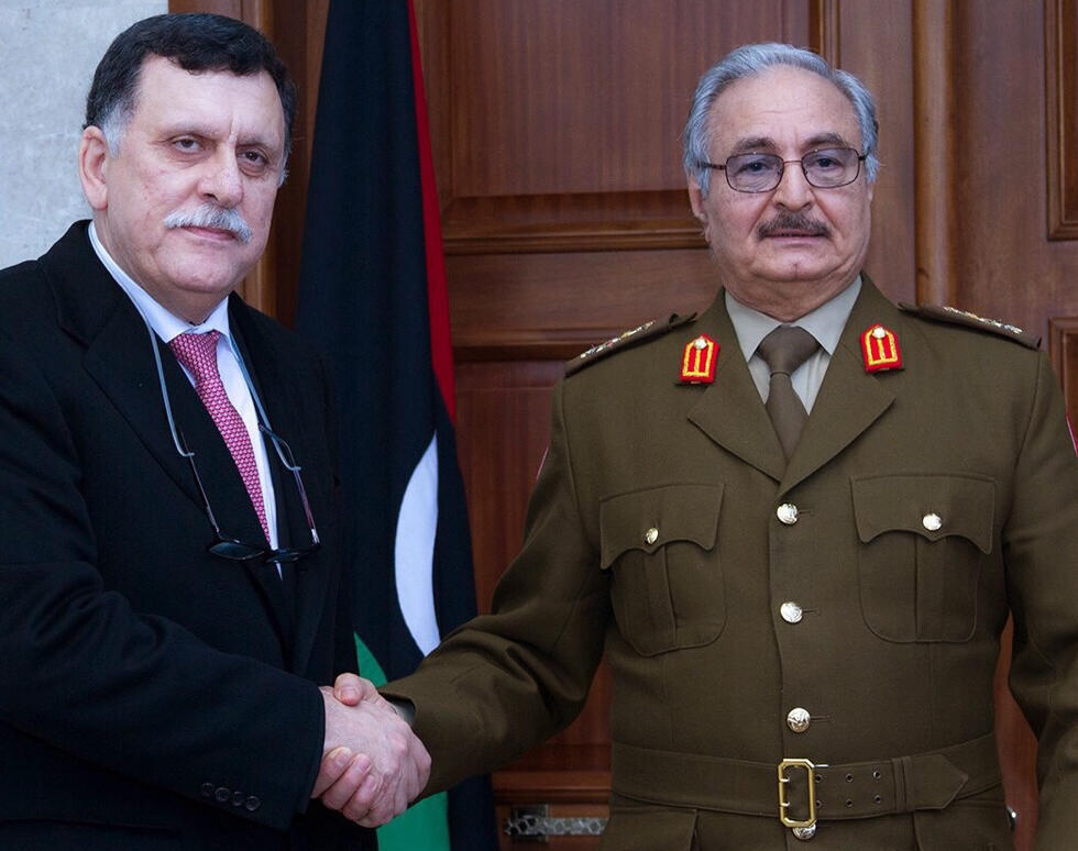 El mariscal Jaftar estrecha la mano del jefe del gobierno de unidad nacional libio, Fayez al-Sarraj, el 31 de enero de 2016.