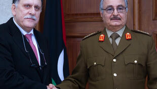 (Image d'archive) Le maréchal Haftar serre la main au chef du gouvernement d'union nationale, Fayez al-Sarraj, le 31 janvier 2016.